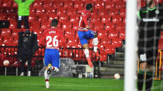 El colombiano Suárez celebra el primer tanto del encuentro.