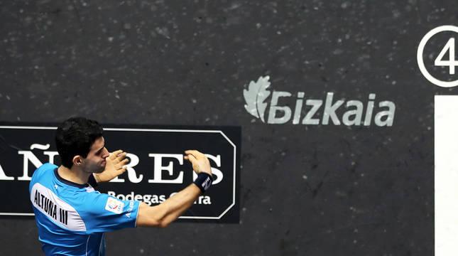 Altuna prueba una de las pelotas este jueves en el Bizkaia,