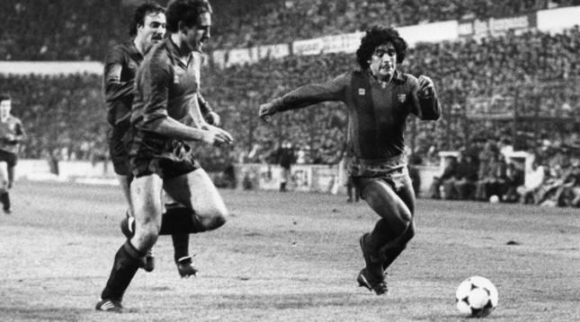 Foto de Maradona tratando de irse de Lecumberri en El Sadar (Osasuna).