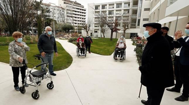 Las residencias de discapacidad y de mayores de Navarra reciben ya las primeras visitas de familiares a usuarios de estos centros desde el pasado 2 de octubre.