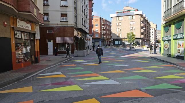 La nueva 'plaza' generada en una de las arterias del barrio es utilizada por vecinos en sus recados habituales. La imagen, en Río Urrobi y aledaños, el miércoles por la mañana.