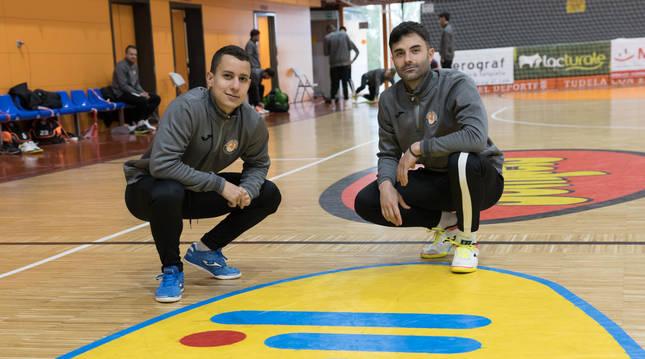 Terry Prestjord (izquierda) y Pablo Ibarra, ambos ex del Valdepeñas, posan en el Ciudad de Tudela.