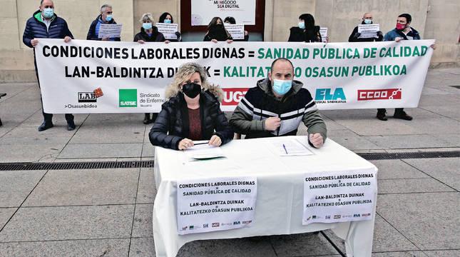 Representantes de los sindicatos LAB, SATSE, SAE, UGT, Afapna, ELA y CC OO se han concentrado este viernes frente al Palacio de Navarra bajo el lema 'Condiciones laborales dignas = Sanidad pública de calidad'.