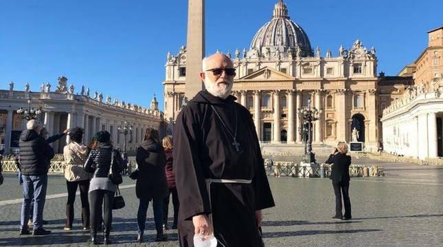 foto de Celestino Aós, con el hábito de los capuchinos, en la plaza del Vaticano de Roma.