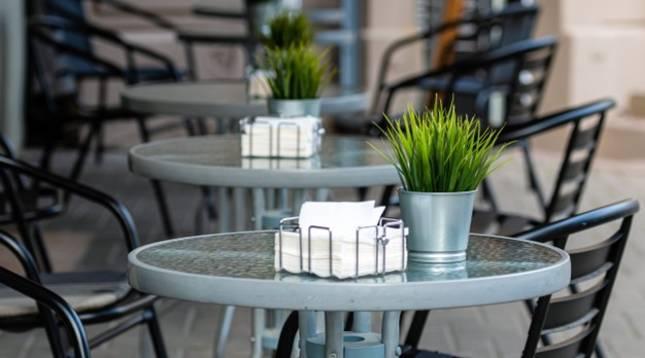 Imagen de la terraza de un bar vacía