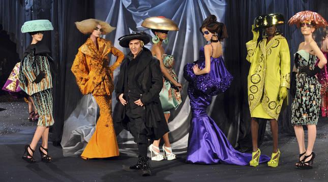 Foto de John Galliano, al final de un desfile para Dior en 2008.