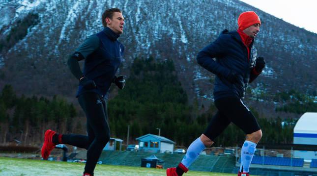 Kilian Jornet (dcha.) durante la prueba sobre la helada pista de Mandalen (Noruega).