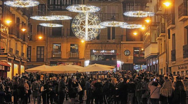 foto de El encendido ayer por la tarde de las luces de Navidad congregó a un buen número de personas en la zona de las terrazas de hostelería de la Plaza del Ayuntamiento de Pamplona.