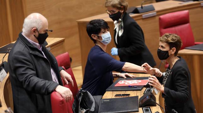 foto de Aierdi, Saiz y Chivite, durante el pleno del Parlamento de Navarra