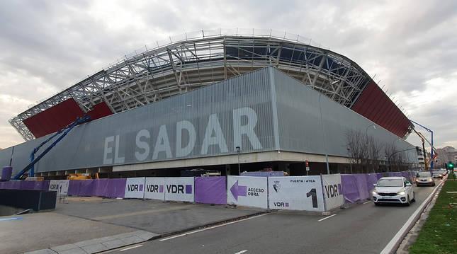 Exterior del estadio El Sadar con el avance de las obras.