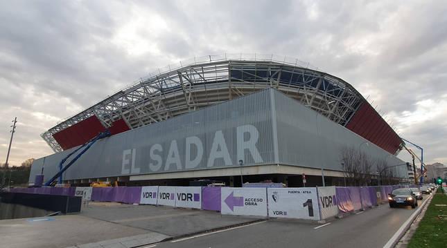 foto de EL ROJO, EN SUR Y LATERAL. La chapa roja va adueñándose del aspecto exterior de El Sadar.