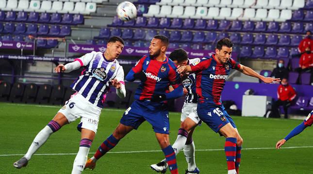 El delantero del Valladolid Marcos de Sousa busca el remate ante Rubén Vezo, del Levante.