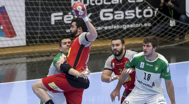 La defensa del Helvetia Anaitasuna -en la foto, Bazán y Fischer- brilló en la primera mitad.