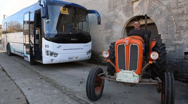 Alfonso Osés sobre uno de sus tractores clásicos. A la izquierda, el autobús que conduce cada mañana y una vista de Aizpún.