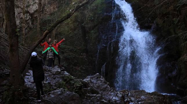 El recurso a los espacios naturales como vía de escape en el año del coronavirus ha llevado a abarrotar algunos puntos de Navarra