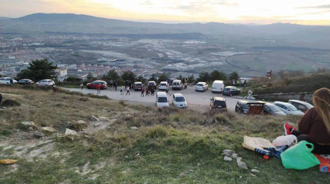 Visitantes en el monte Ezkaba-San Cristóbal hace unos días.