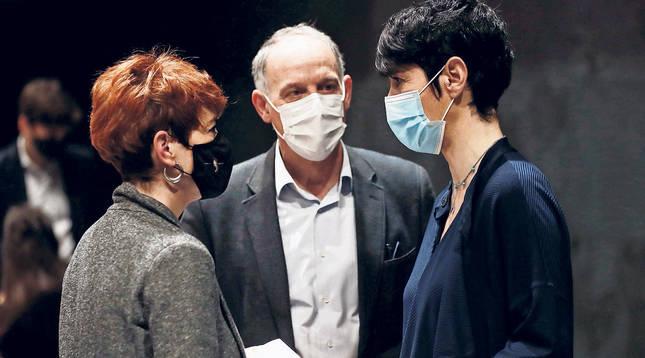 Desde la izquierda, los miembros de EH Bildu Bakartxo Ruiz y Adolfo Araiz conversan con la consejera socialista Elma Saiz.