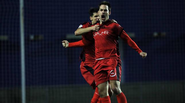 Joseba Valencia celebra el tercer gol del Subiza ante el Txantrea