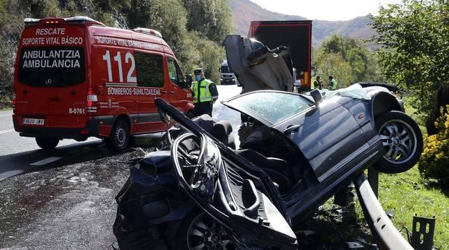 Bomberos y Guardia Civil atienden un accidente mortal este año en la N-121-A entre Almandoz y Berroeta.