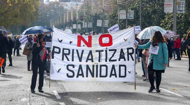 Dos mujeres sostienen una pancarta en la manifestación de la Marea Blanca en defensa de la sanidad pública.