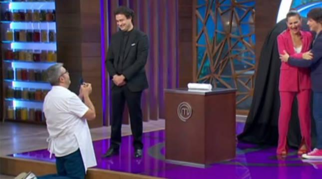 'Flo' de rodillas en el programa 'MasterChef Celebrity'.
