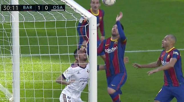 Messi y Oier, sobre la línea de gol.
