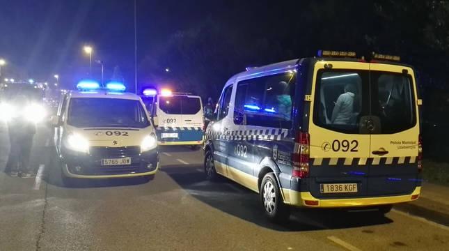 Vehículos de la Policía Municipal de Pamplona, en un control de carretera durante el toque de queda.