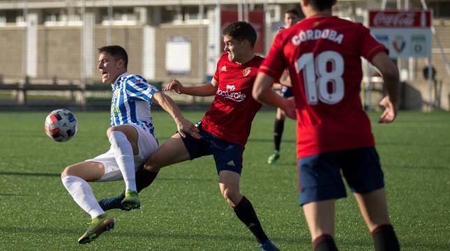 Endika Irigoyen intenta quitarle el balón a Gorka Laborda ante la mirada de Asier Córdoba. El extremo marcó desde fuera del área el 2-2 en la segunda parte.