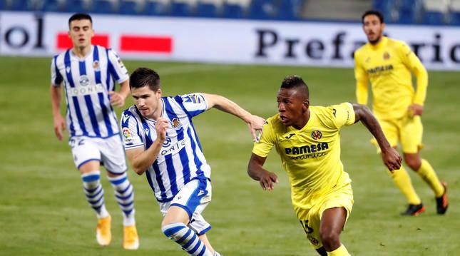 foto de El defensa de la Real Sociedad Igor Zubeldia (i) pelea un balón con Pervis Estupiñán, del Villarreal