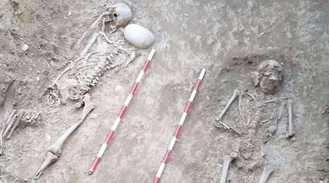 Restos de los dos luchadores antifranquistas exhumados en el cementerio de Sigües.