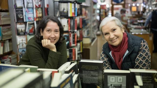 De izquierda a derecha Ilenka Mazo Zudaire y su madre Rosa Mari Zudaire Orcoyen, rodeadas de libros en la librería Julio Mazo de Tudela.