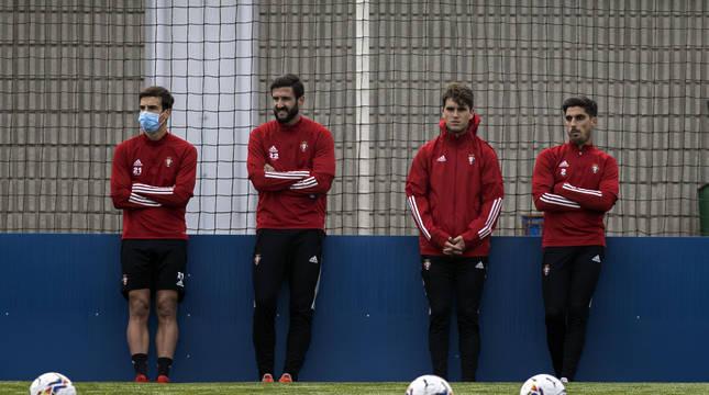 Iñigo Pérez (siempre con mascarilla si no es ejercicio de alta intensidad), Raúl Navas, Javi Martínez y Nacho Vidal, este lunes, viendo el entrenamiento de sus compañeros.