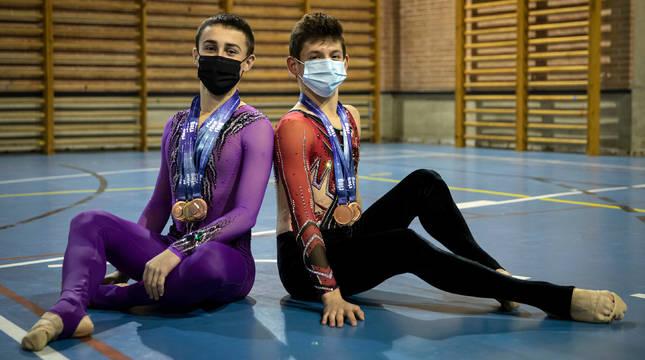 Ander Olcoz, a la izquierda, y Felipe Suso posan con las medallas.