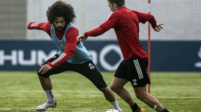 Aridane trata de frenar a Brandon durante el entrenamiento de este lunes en Tajonar.