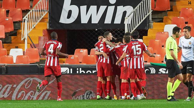 Los jugadores del Atlético celebran el tanto que les dio la victoria contra el Valencia en LaLiga Santander.