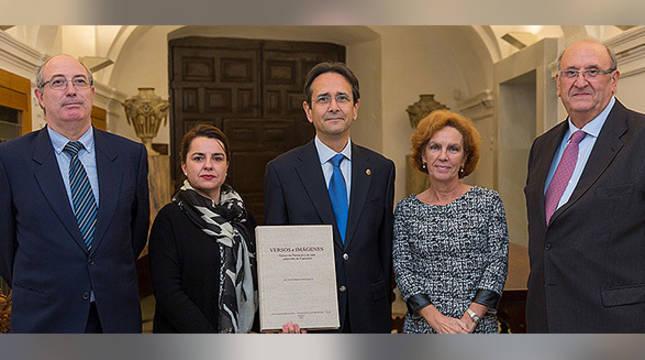 El autor sostiene el libro en su presentación en la Universidad de Navarra.