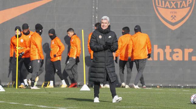 El técnico del Shakhtar, Luis Castro, durante la última sesión en Kiev antes de viajar a Madrid.
