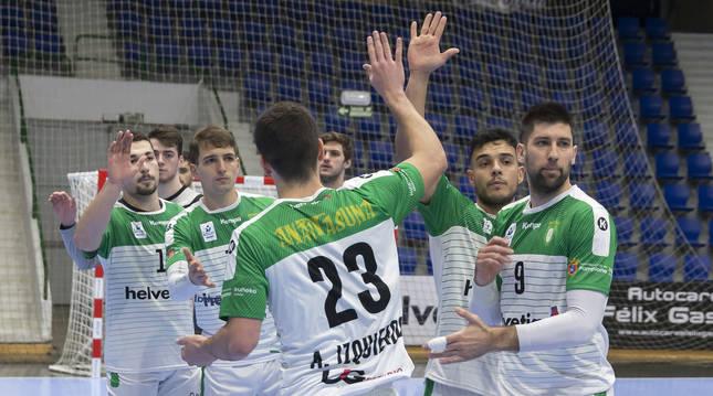 Los jugadores de Helvetia Anaitasuna se saludan antes del inicio del encuentro contra el Bada Huesca en La Catedral.