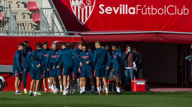 Los jugadores del Sevilla durante el entrenamiento previo al choque de Champions contra el Chelsea.