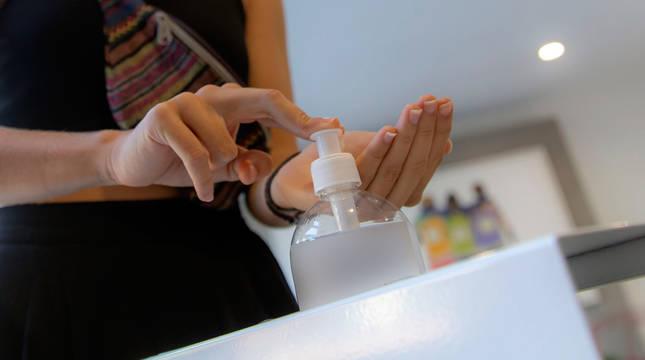 Una persona se aplica gel hidroalcohólico.
