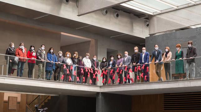Representantes de los grupos olíticos y asociaciones antisida de Navarra, durante el acto en el Parlamento foral.