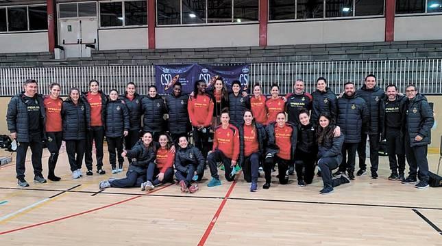 Los componentes de la selección nacional que han viajado al Europeo de Dinarmarca. Entre ellos, las dos jugadoras navarras Lysa Tchaptchet y Nerea Pena.