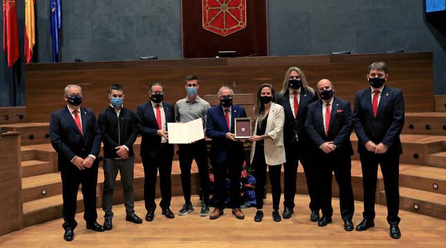 Foto de un momento de la recogida de la Medalla de Oro del Parlamento de Navarra.