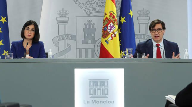 foto de La ministra de Política Territorial y Función Pública, Carolina Darias (i), y el ministro de Sanidad, Salvador Illa, durante la rueda de prensa