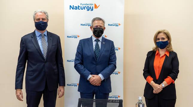El vicepresidente de Fundación Naturgy, Jordi Garcia Tabernero, el presidente de Cruz Roja Española, Javier Senent, y la directora general de la Fundación Naturgy, María Eugenia Coronado.