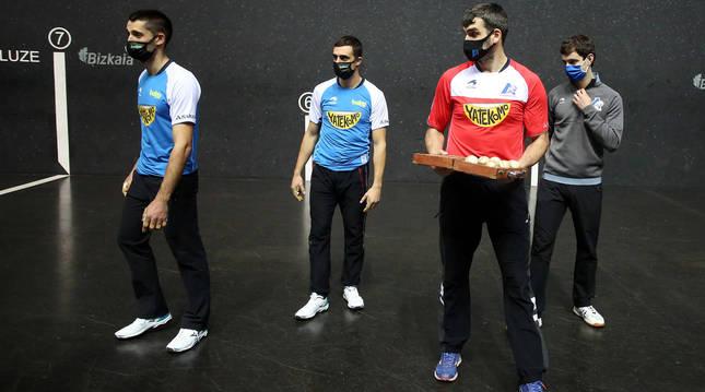Jon Ander Albisu, Asier Agirre, Joseba Ezkurdia y Julen Martija 'rompen filas' tras posar con el material escogido para su semifinal.