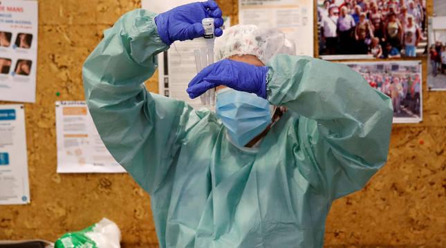 foto de Un sanitario realiza una prueba PCR.