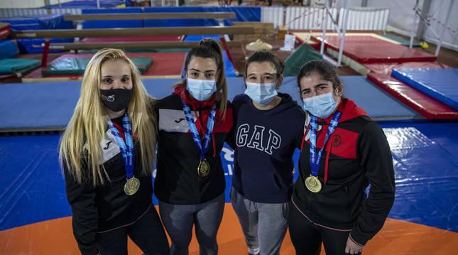 De izda. a dcha., Maialen Guelbenzu, Miren Huarte, Elena Arbea e Itziar Rekalde, del Club de Lucha Burlada (Navarra).