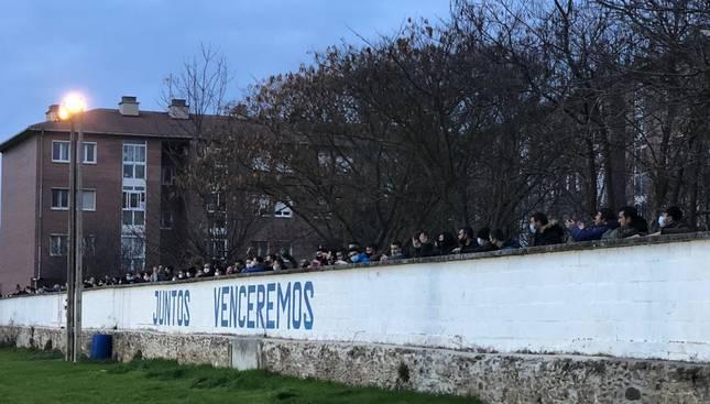 foto de Personas detrás del muro del Estadio Municipal Cantolagua, en Sangüesa, para ver el partido de fútbol