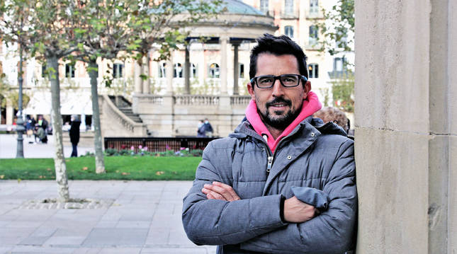 Rodrigo Domínguez, marchador orensano de 43 años, llegó a Pamplona en 2009. En la imagen, posa en la Plaza del Castillo.